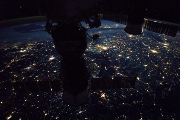 Před 56 lety byl Gagarin prvním, který se vydal do vesmíru. Od té doby jsme s bádáním nikdy nepřestali! Od Vostoku přes Progress a Sojuz k Mezinárodní vesmírné stanici. 56 let pilotovaných kosmických letů! Šťastnou noc Jurije všem!