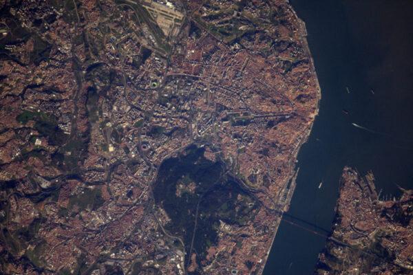 A tady máme hlavní město Portugalska - Lisabon v Den svobody.