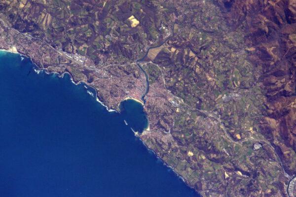 Saint-Jean-de-Luz v jihozápadní Francii má velmi jedinečné pobřeží.