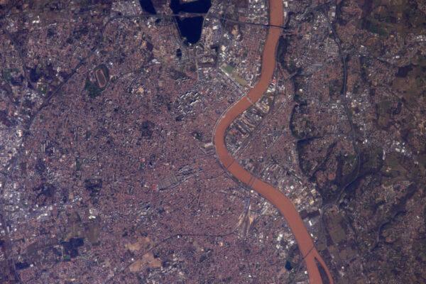 A znovu Bordeaux, řeka Garonna vypadá, jako by se chtěla proměnit v červené víno.
