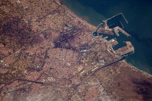 Přístavní město Valencie ve Španělsku. Můžete vidět Plaza del Toros, fotbalové stadiony a dokonce i jeřáby pro nakládání lodí v přístavu... Je šílené, kolik toho lze z vesmíru vidět!
