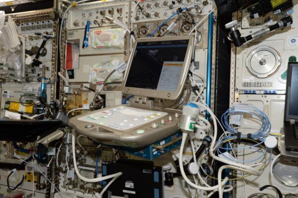 Minulý týden jsme testovali nový přístroj Echo pro ultrazvuková vyšetření. Umožňuje výzkumníkům ze Země sledovat naše vyšetření s vysokou přesností a detaily. A je to na dálkové ovládání! Testováno na astronautech, užitečné na Zemi při katastrofách a izolovaných oblastech! Vyrobeno agenturou CNES ve Francii :)