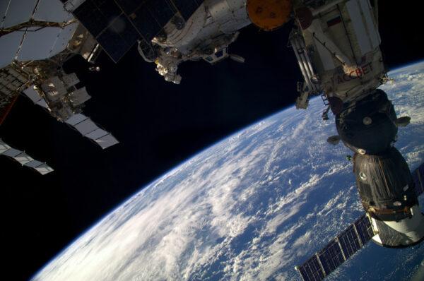 Nezvyklý pohled! Změna je vždy dobrá. Tato fotka byla pořízena z ruského segmentu v zadní části ISS (neboli záď, jak říkáme tady nahoře). Dává vám to představu o tom, jak Cupola shlíží dolů na naši planetu!