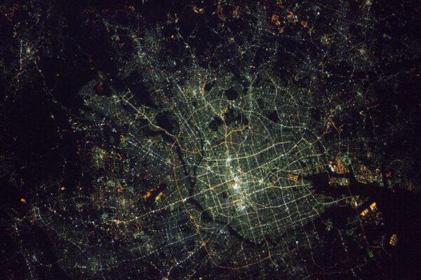 Noční Nagoja ukazuje zajímavé rozdíly barev osvětlení v centru. Povšimněte si té černočerné tmy v okolí zámku Nagoja a jeho parků.