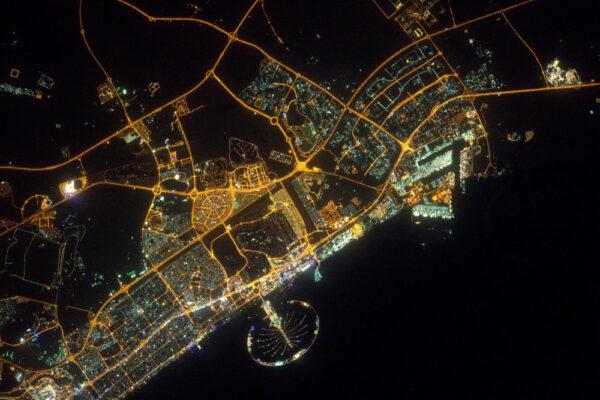 Je ten tvar dostatečně charakteristický? Ano, je to noční Dubaj!