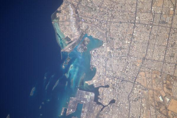 Džidda v Saudské Arábii. Kouř pochází z odsolovací stanice, modré budovy vpravo dole jsou obchodní centra.