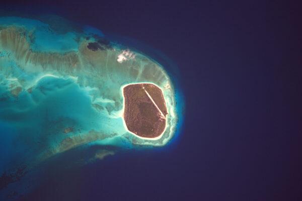 Nová přistávací dráha na malém ostrově. Tentokrát na souostroví Glorieuses. Zdá se, že není používaná (počítá se to mezi má letiště z vesmíru?)