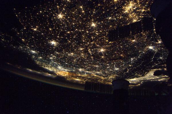 Noční Evropa, pod čistým nebem je to koberec světel!