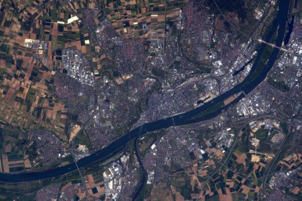 Mainz/Wiesbaden vypadají shora velice hezky... a ještě hezčí jsou, protože uprostřed fotky je letadlo, a dokonce čtyřmotorové!