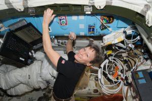 Peggy Whitson při tradičním ceremoniálu - podpisu loga mise na ISS.