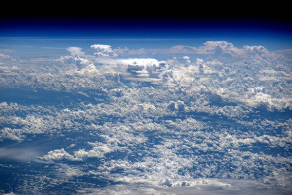 Boční pohled: pučící oblaka v atmosféře. Teoretická hranice vesmíru je Karmanova hranice ve výšce 100 km. Žádný oblak se nenachází tak vysoko: obvykle jsou blokovány tropopauzou, která je hranicí troposféry, která není výš než 20 km.
