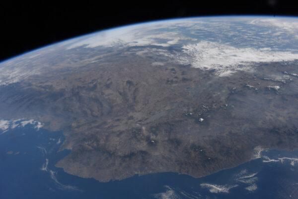 Kvízová otázka: poznáváte toto pobřeží? Je zde známý záliv, velké jezero, a vulkán... Tichomořské pobřeží Mexika.