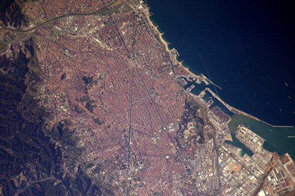 Trochu více na jih můžete vidět olympijskou vesnici a stadion Camp Nou.