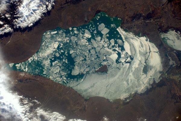 Jaro ještě není všude! Zamrzlé himálajské jezero.