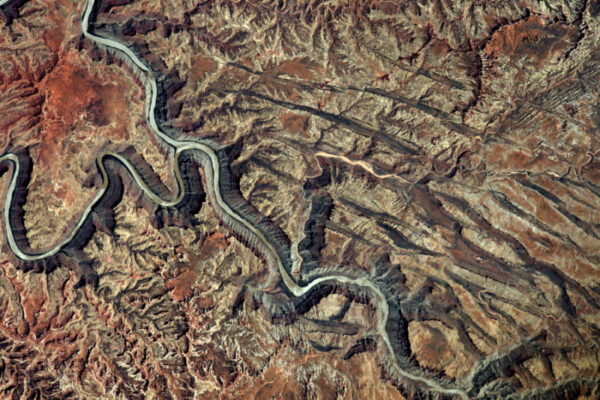 Zdroj této řeky lze téměř vidět vpravo dole: voda, vítr a eroze se postarala o zbytek. Nápadná krajina o šířce větší než 100 km.