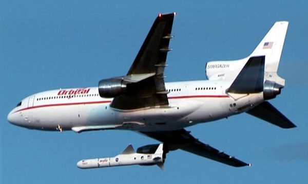 Jak pomůže raketě start z podvěsu letadla? zdroj: wikimedia.org