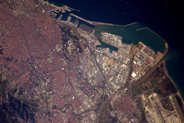 Ještě více na jih: průmyslový přístav je málem více fotogenický než město! Kontejnery jsou na sebe vyskládány na molech, lodě jsou zakotveny a geometrické hangáry vytvářejí mozaiku, která je bezesporu krásnější odsud než odtamtud.