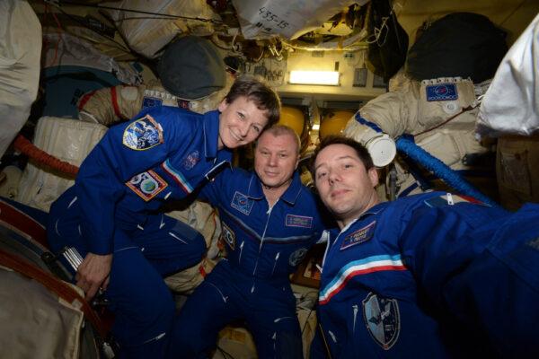 Expedice 51 je nyní v plném proudu! Zde jsou původní členové čekající na otevření poklopu.