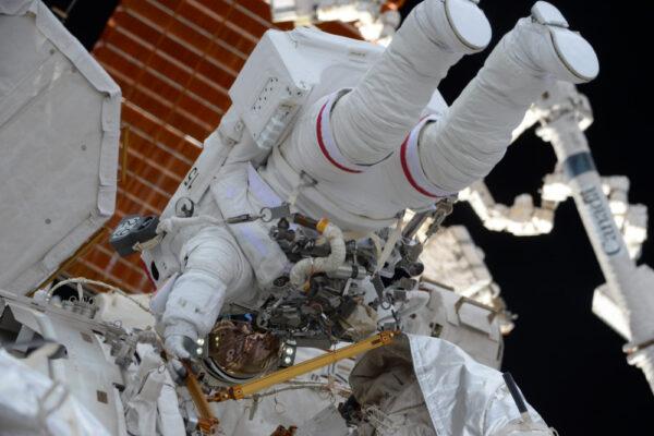 Fotka z lednového vesmírného výstupu s Shanem a jeho červenými pruhy. Ne, nestojí na hlavě... ve vesmíru není žádné nahoře nebo dole.