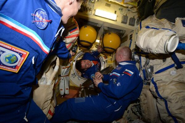 Zde je Jack Fisher, člen výběru roku 2009! Myslíte si, že je rád, že je ve vesmíru? Sledujte ten úsměv! Vítej na palubě.