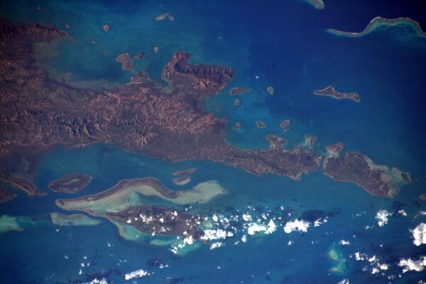 (2/3) Pobřeží Nové Kaledonie.