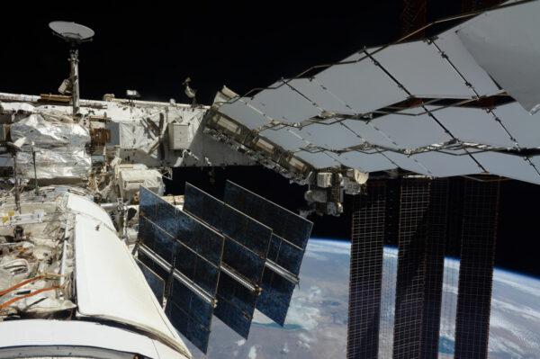 Vesmírná stanice z jiné perspektivy: pohled z ruského modulu vzadu na stanici. V této orientaci obíháme 95 % času, avšak můžeme jednoduše stanici otočit v jakémkoliv směru a ona zůstane na své oběžné dráze. Pro dokování přilétajících vesmírných lodí je stanice občas otočená o 90 nebo dokonce o 180 stupňů... a to bez toho, že by si toho posádka uvnitř všimla! Můžeme vidět nějaké venkovní vybavení stanice včetně reflektoru, který jsem vyměňoval s Shanem! Víte, kolik je zapotřebí astronautů k výměně žárovky vně stanice? ;) Solární panely a chladící radiátory zabírají pořádný kus téhle fotky díky jejich impozantním rozměrům.