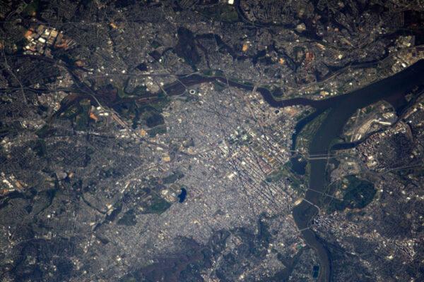 Než se Jack Fisher stane pánem fotografie, zaplním mezeru, kterou zanechal Shane Kimbrough: podívejme se trochu na Spojené státy. Zde je Washington D.C.: můžete vidět Capitol, Národní promenádu i obelisk a jeho stín!