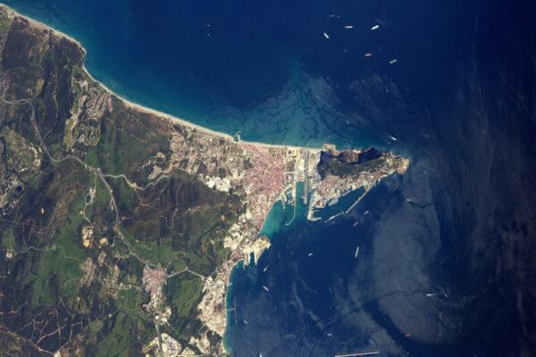 Proporce skály v Gibraltaru jsou impozantní ve srovnání s městem! A je tady také letiště s velmi krátkou ranvejí - skutečná letadlová loď.