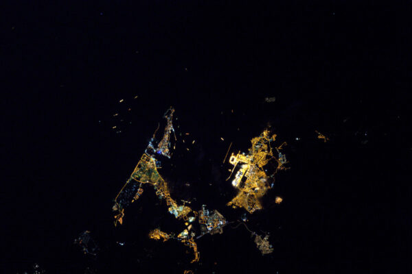 Noční Gibraltar! V okolí kotví mnoho lodí.