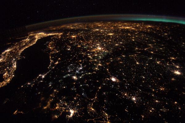 Noční Evropa je jedním z nejpůsobivějších pohledů. Tady jsme putovali podél Jaderského moře směrem ke Střednímu východu.