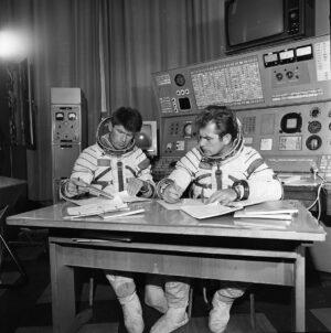Posádka Sojuzu-25 během výcviku (zleva: Rjumin, Kovaljonok)