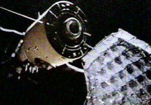 Zaseknutá anténa KRT-10 na zadním stykovacím uzlu Saljutu 6