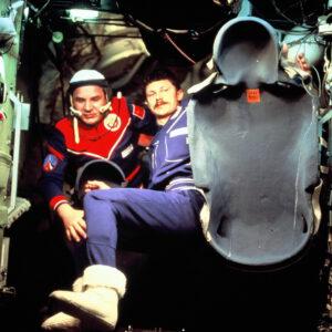 Kubasov s Farkasem mění anatomické vložky sedadel Kazbek v rámci výměny Sojuzů