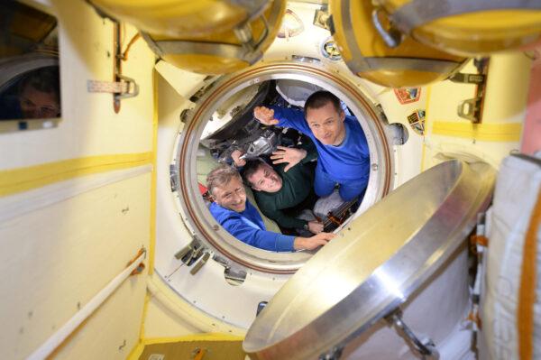 Shane, Sergej a Andrej před uzavřením poklopu Sojuzu dnešního rána (10.4., pozn. redakce). Jsem rád, že se bezpečně dostali na Zemi!