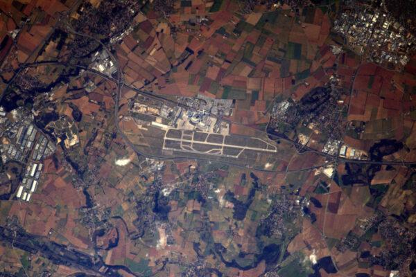 Letiště z vesmíru, francouzská sekce: Lyon Saint-Exupéry (LFLL/LES). Spousta zelené... Jaro je ve vzduchu!