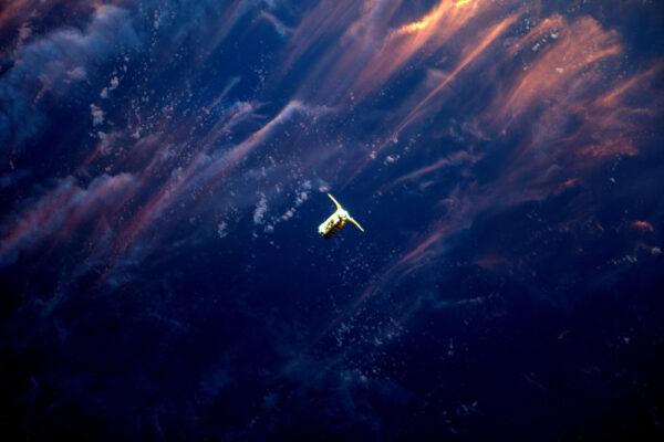 Cygnus se pod stanicí přibližuje během západu slunce.