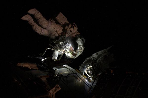Když jsme v zemském stínu, EVA se občas zdá jako noční potápění.