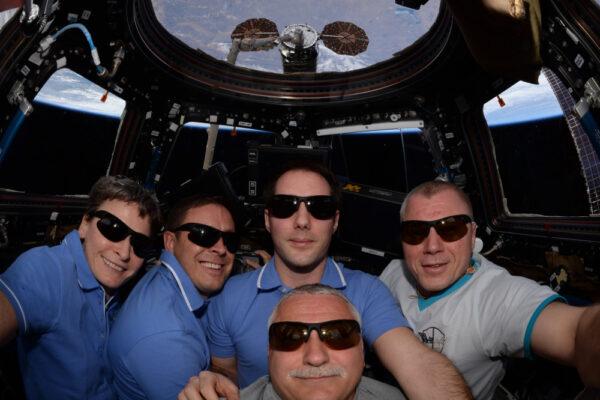 Vylepšení tradiční selfie: tentokrát s celou posádkou! Není jednoduché vměstnat pět lidí do Cupoly.