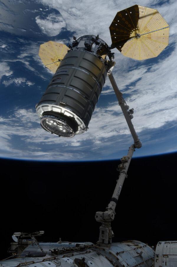 Nyní je operátory na zemi s vesmírnou lodí manévrováno k připojení.