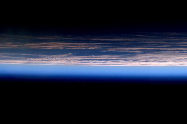 Soubor v kategorii pozadí plochy: modré gradienty východu slunce.