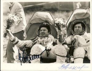 Štěstí při pohledu na jiné obličeje - Rjumin a Ljachov těsně po přistání