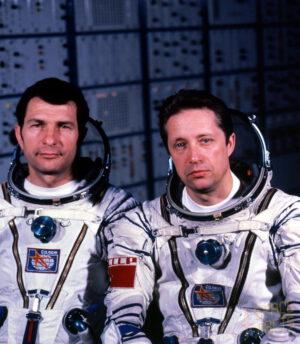 Posádka Sojuzu T-2 (zleva: Malyšev, Aksjonov)