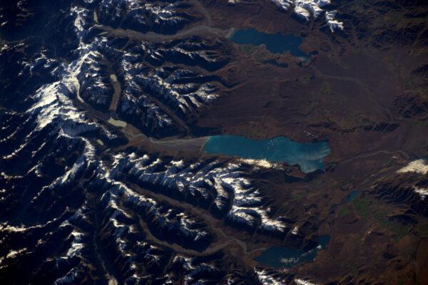 Vrcholky, údolí, jezera a moře: Nádherná krajina Nového Zélandu, kterou bych jednoho dne rád prozkoumal.