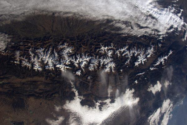 Další pohled na Pyreneje: všechna údolí jsou orientována z jihu na sever... až na jedno, jak se zdá.