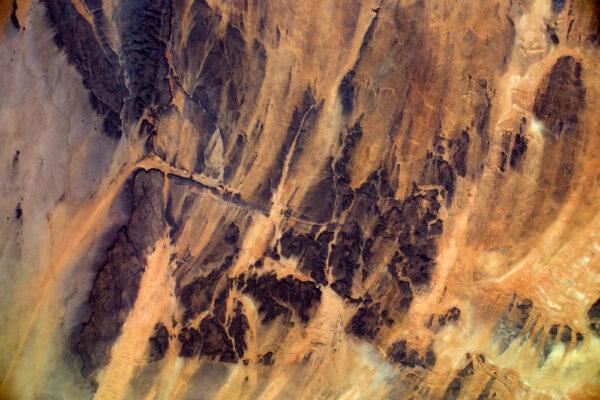 Daleko z dosahu lidského oka skrývá Sahara úžasné přírodní divy.