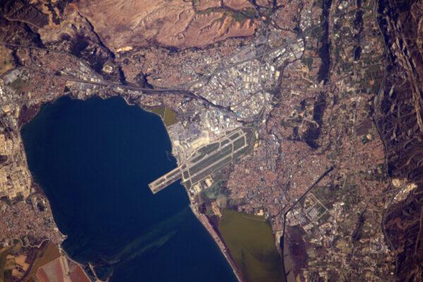 Další velkolepý přílet, letiště Marseille-Marignane (LFML-MRS). Můžete vidět ostře žluté letadlo Canadair na ranveji.