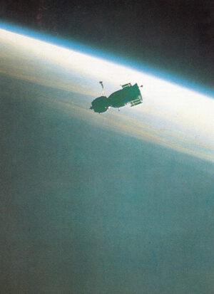 Sojuz T-2 zachycený objektivem stálé posádky Saljutu 6