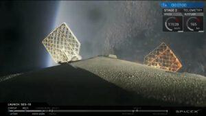 Viditelné tepelné namáhání roštových kormidel při návratu do atmosféry během mise SES-10.