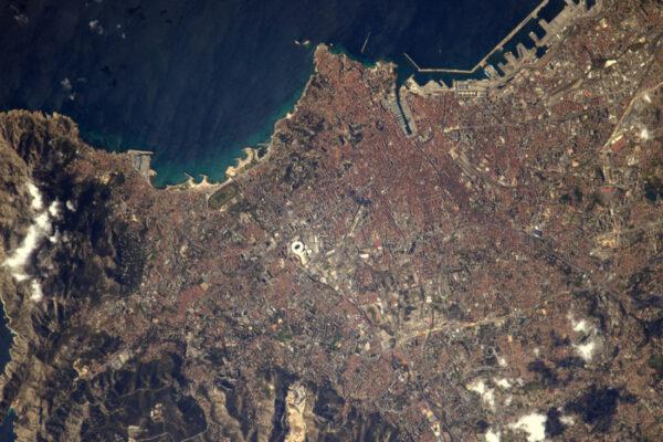 Návrat do Marseille, moje první fotka byla lepší, ale myslím, že tahle taky stojí za sdílení. Je snadné zahlédnout stadion Vélodrome.