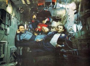 Vzácná chvíle pohody s návštěvnickou posádkou (vlevo nonšalantně pózuje Grečko, vpravo Makarov, shora se snaží čtenáře zmást Džanibekov)
